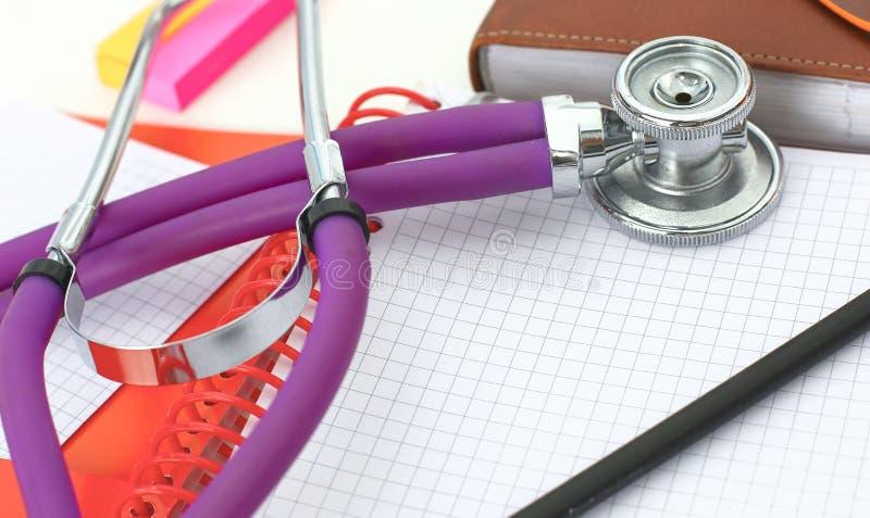 Tabell för workspace för doktors` s funktionsduglig med den tålmodiga formen för tomt papper för urladdning för ` s, medicinskt r fotografering för bildbyråer