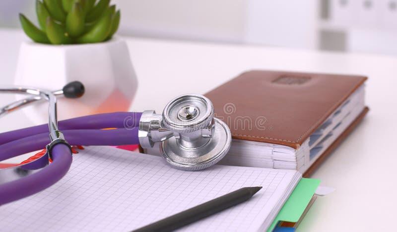 Tabell för workspace för doktors` s funktionsduglig med den tålmodiga formen för tomt papper för urladdning för ` s, medicinskt r royaltyfri bild
