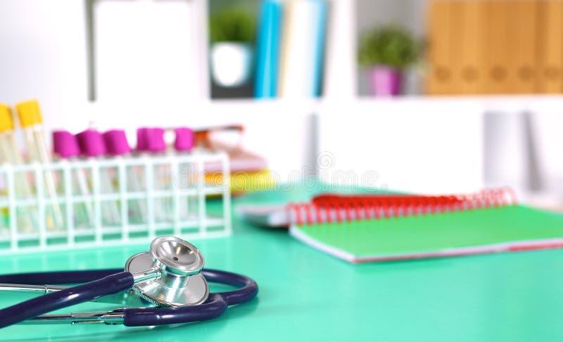 Tabell för workspace för doktors` s funktionsduglig med den tålmodiga formen för tomt papper för urladdning för ` s, medicinskt r royaltyfria bilder