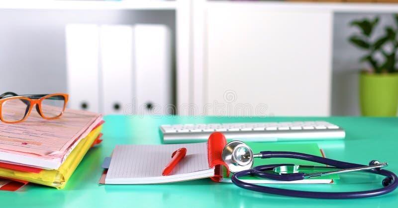 Tabell för workspace för doktors` s funktionsduglig med den tålmodiga formen för tomt papper för urladdning för ` s, medicinskt r arkivfoton