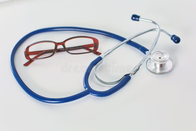 Tabell för workspace för doktors` s funktionsduglig med den tålmodiga formen för tomt papper för urladdning för ` s, medicinskt r arkivbild
