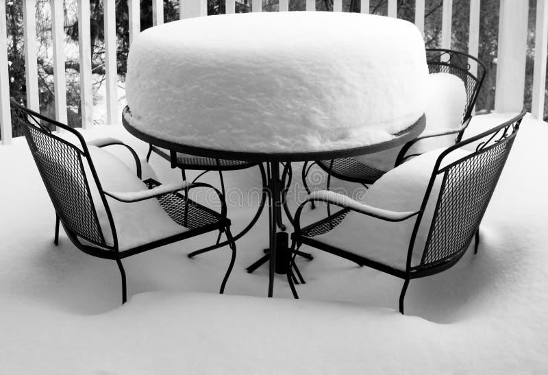 tabell för snow för stolsräkningar djup trädgårds- royaltyfri bild