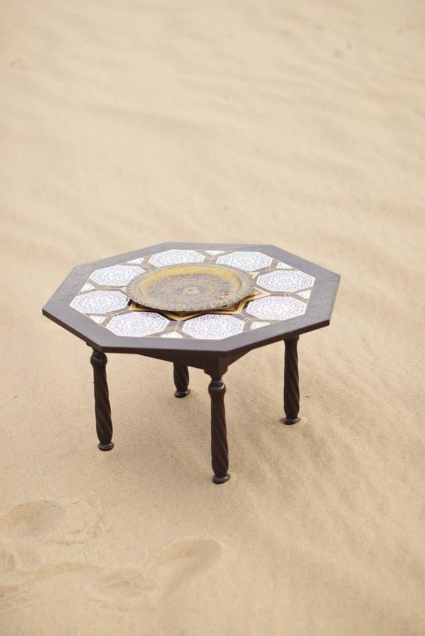 Tabell i öknen sahara Marocko royaltyfria bilder
