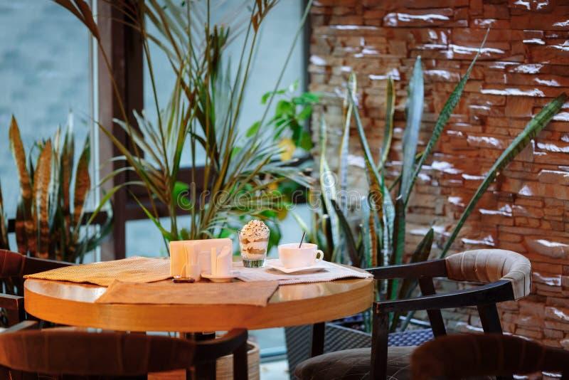 Tabell i en kaféuppsättning för att dricka för te royaltyfri foto