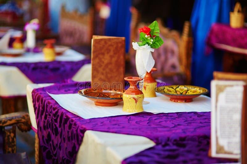 Tabell i marockansk gatarestaurang arkivbild