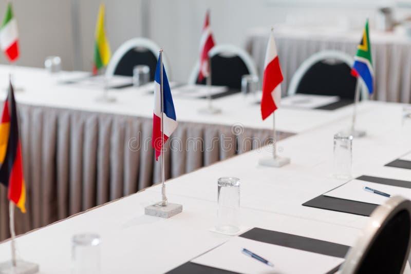 Tabell i styrelse på den internationella konferensen royaltyfri bild