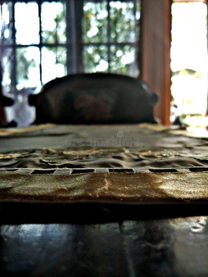 Tabell i vardagsrummet royaltyfri foto