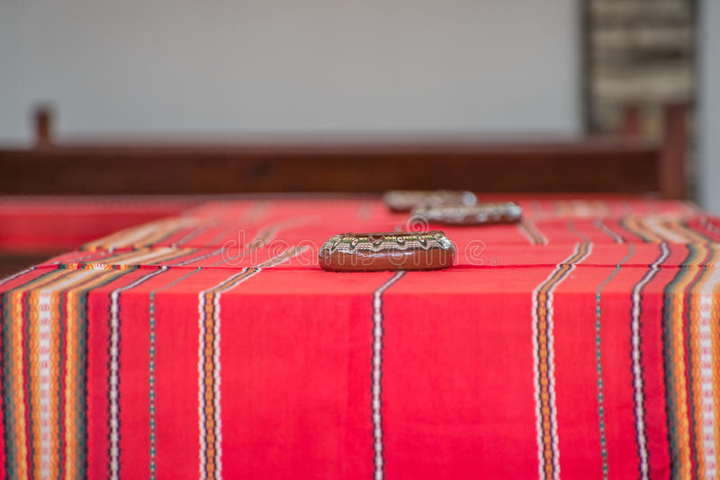 Tabell med den traditionella bulgariska bordduken arkivbilder