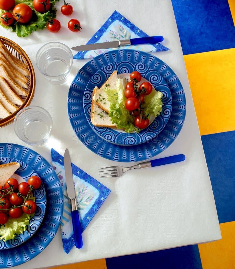 Tabell med plattor, gafflar och knivar royaltyfria foton