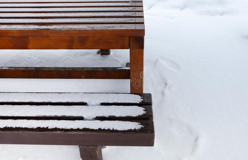 Tabell och bänk som täckas med snö arkivbilder