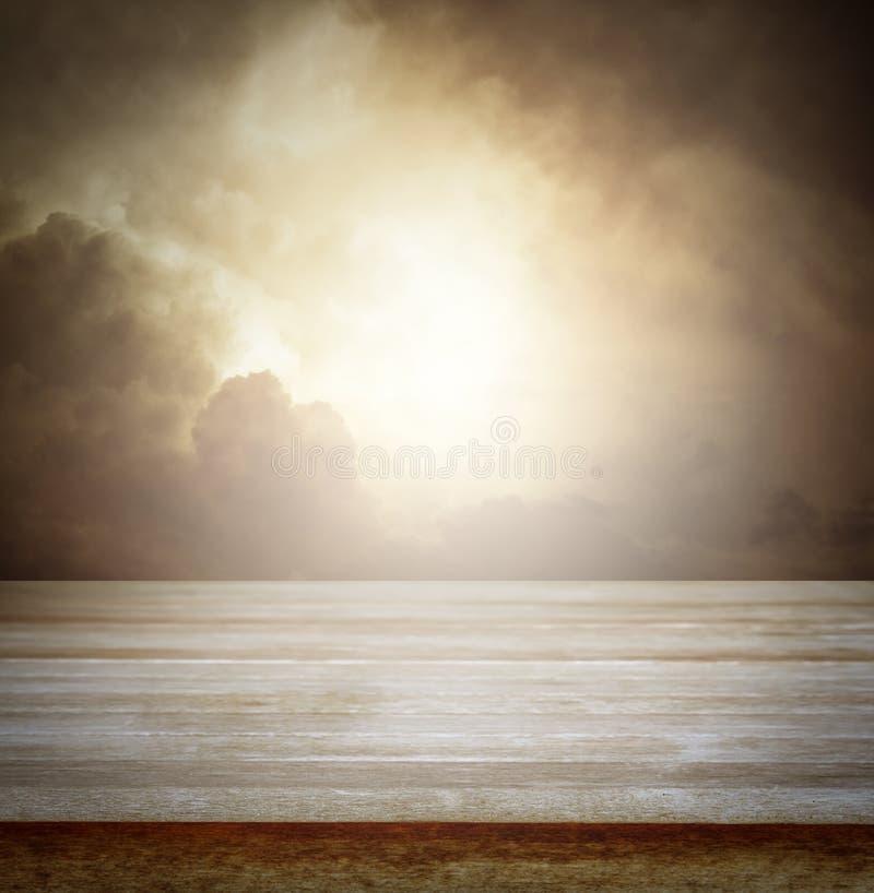 Tabell och himmel royaltyfri bild