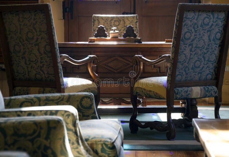 Tabell och stol för klassisk inre tappningstil funktionsduglig i det högt royaltyfri bild