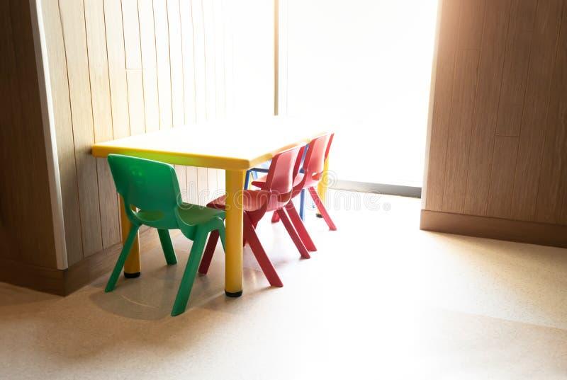 Tabell och stol för unge på klassrumet arkivbilder
