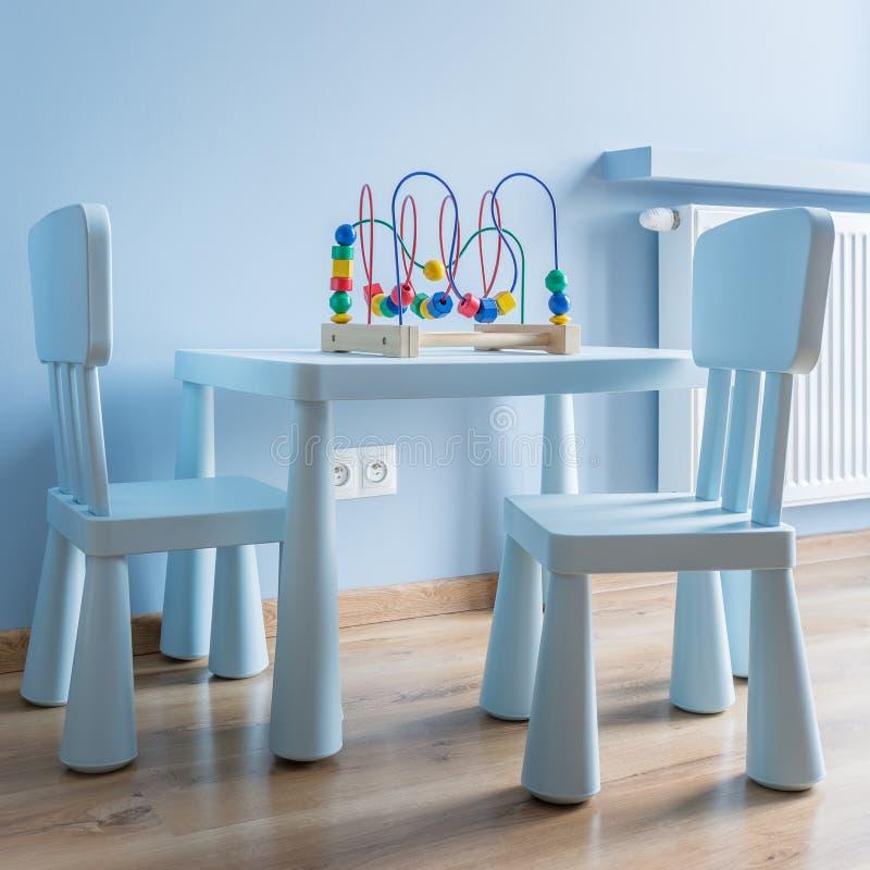 Tabell och stolar för barn arkivbild
