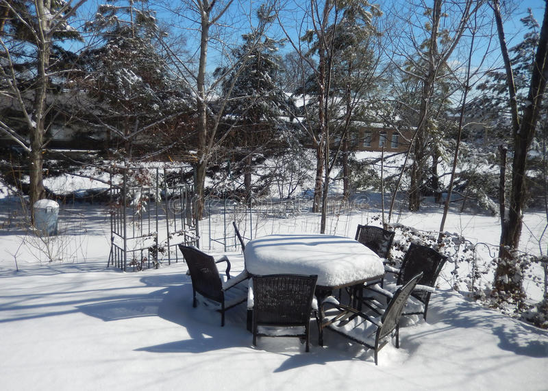 Tabell och stolar för trädgård utomhus- i vinter royaltyfri foto