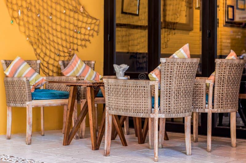 Tabell och stolar i ett kaf? arkivfoton