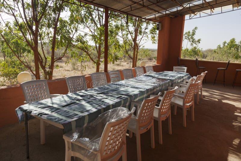 Tabell och stolar på verandan Turmi ethiopia _ royaltyfri fotografi
