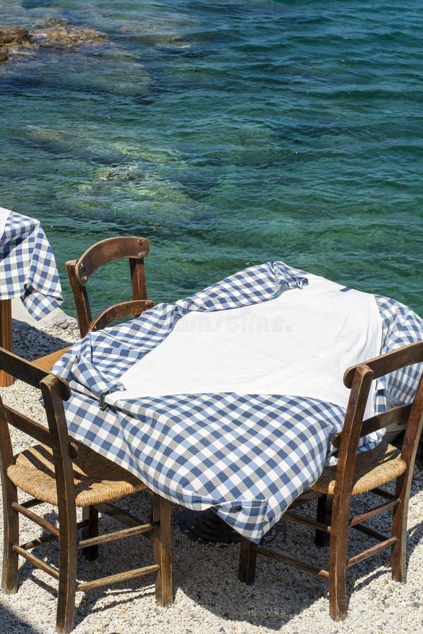 Tabell och tre stolar av den gataGrekland restaurangen på Kreta arkivfoton