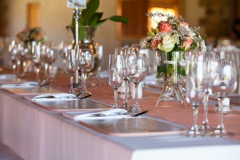 Tabell som dekoreras med blommor på bröllopmottagandet arkivfoton