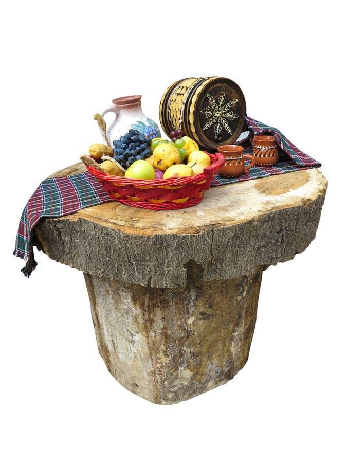 Tabell som göras av journaler med den fruktkorgen och vinfatet arkivbilder
