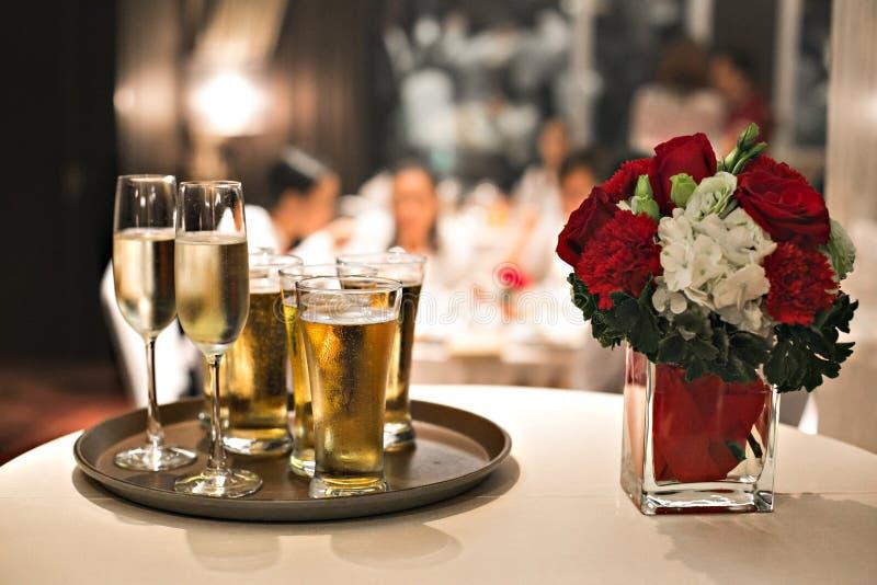 Tabell som gifta sig den vita inställningen för glass för matställevinrestaurang för blomma för beröm för jul för champagne för m arkivbild