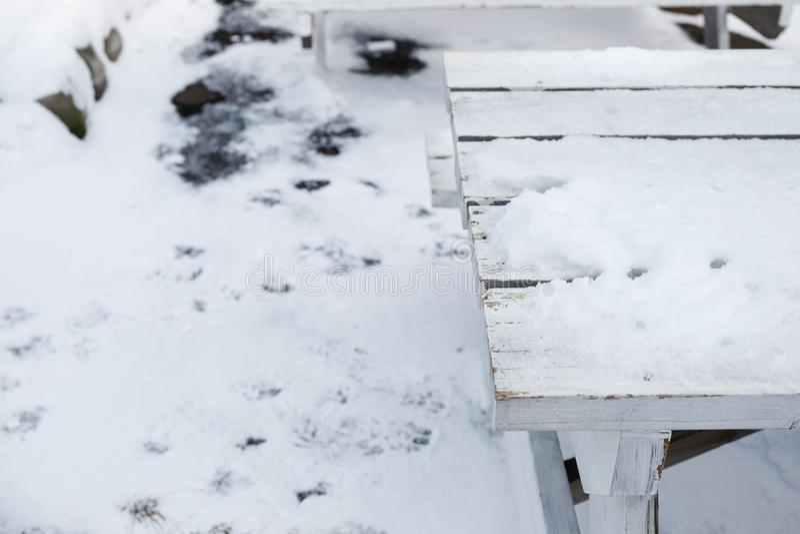 Tabell som täckas med snö arkivfoton