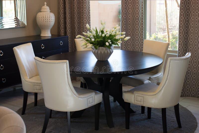 Tabell & stolar för matsal rund arkivbild
