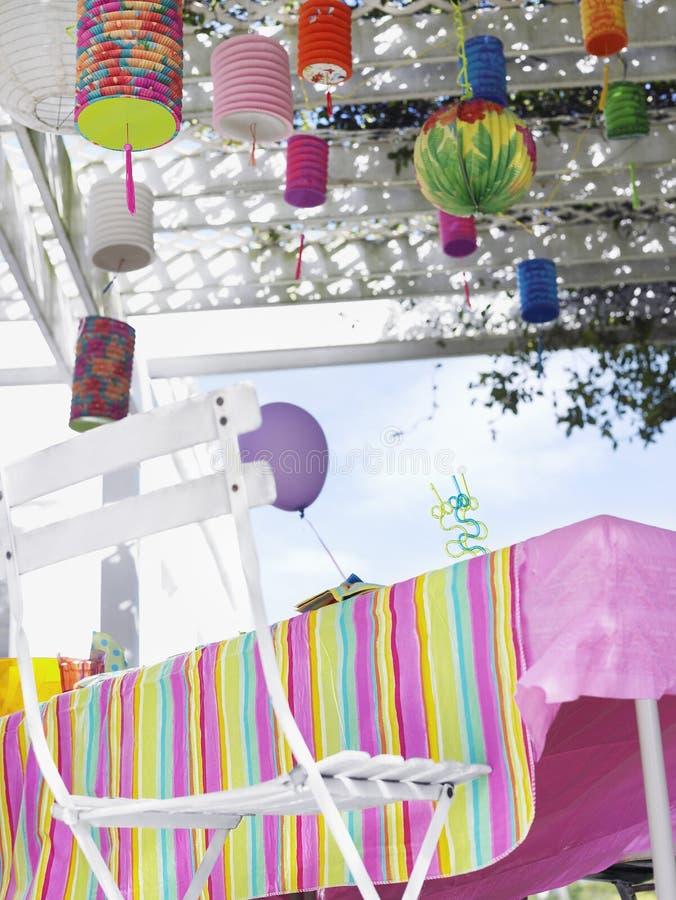 Tabella all'aperto decorata dopo la festa di compleanno immagine stock libera da diritti