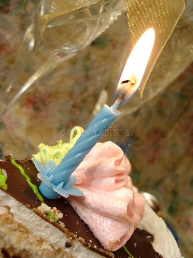 Tabella celebratoria (parte della torta di compleanno e della candela blu, due g immagine stock
