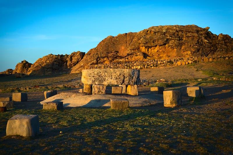 Tabella cerimoniale e la roccia del puma su Isla del Sol nel Titicaca, Bolivia fotografie stock libere da diritti