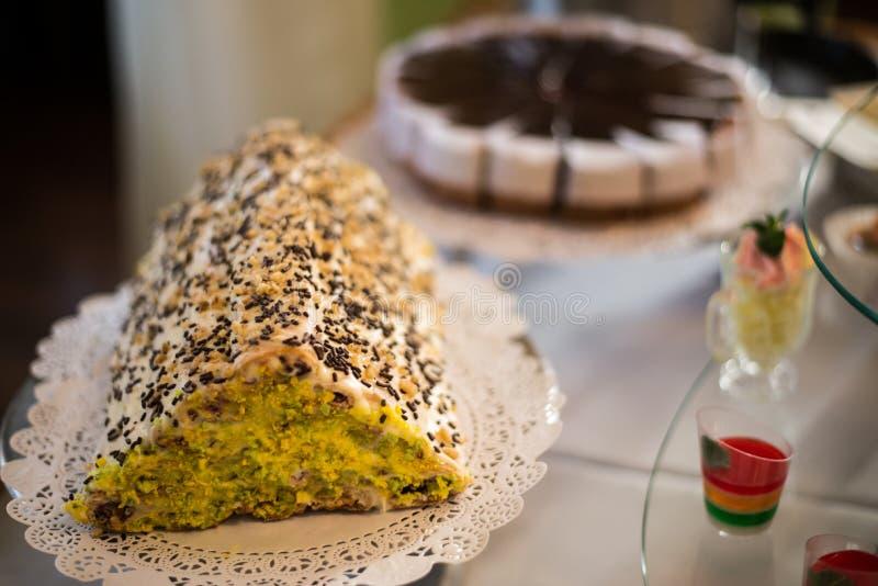 Tabella con i dolci, torta di compleanno, cocktail, pasticcerie fotografia stock