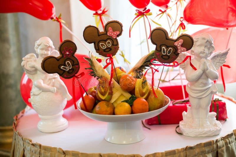 Tabella con i dolci, torta di compleanno, cocktail, pasticcerie fotografie stock