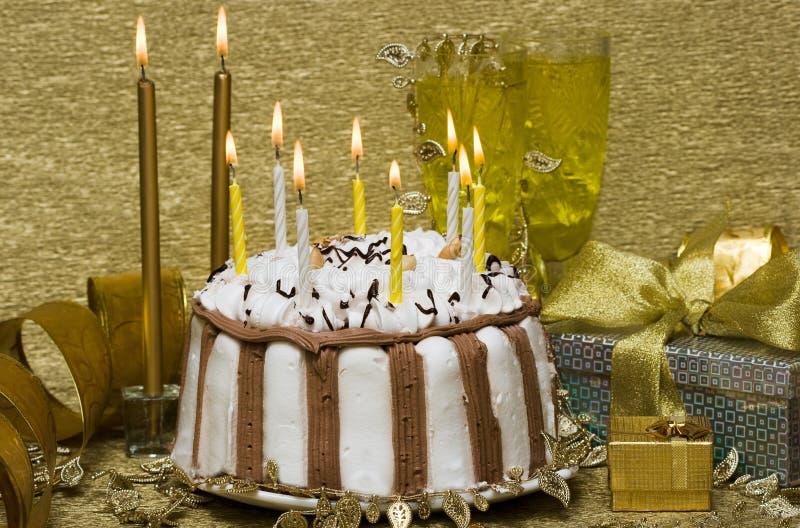 Tabella con la torta e le candele fotografie stock libere da diritti