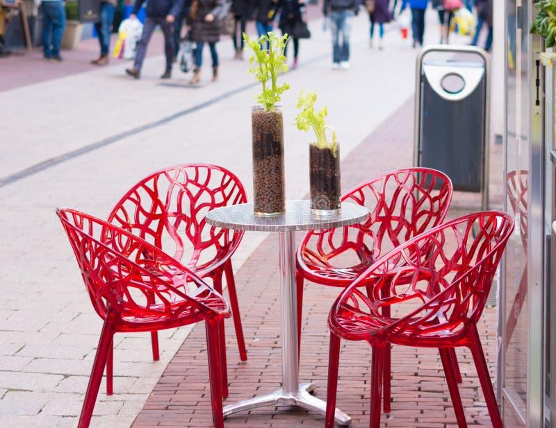 Tabella con le sedie immagine stock