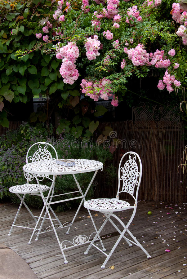 Tabella del giardino con le rose immagini stock