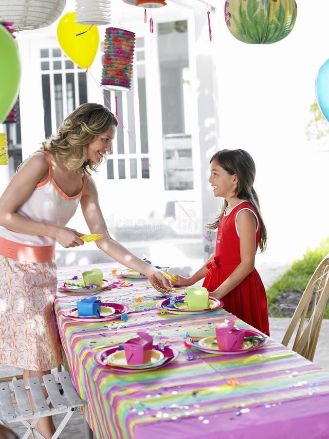 Tabella della regolazione della figlia e della madre per la festa di compleanno fotografia stock libera da diritti