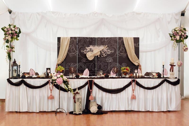 Tabella della sposa e dello sposo immagine stock libera da diritti