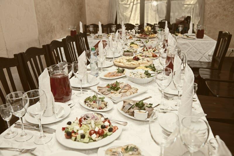 Tabella di banchetto in un ristorante immagine stock libera da diritti