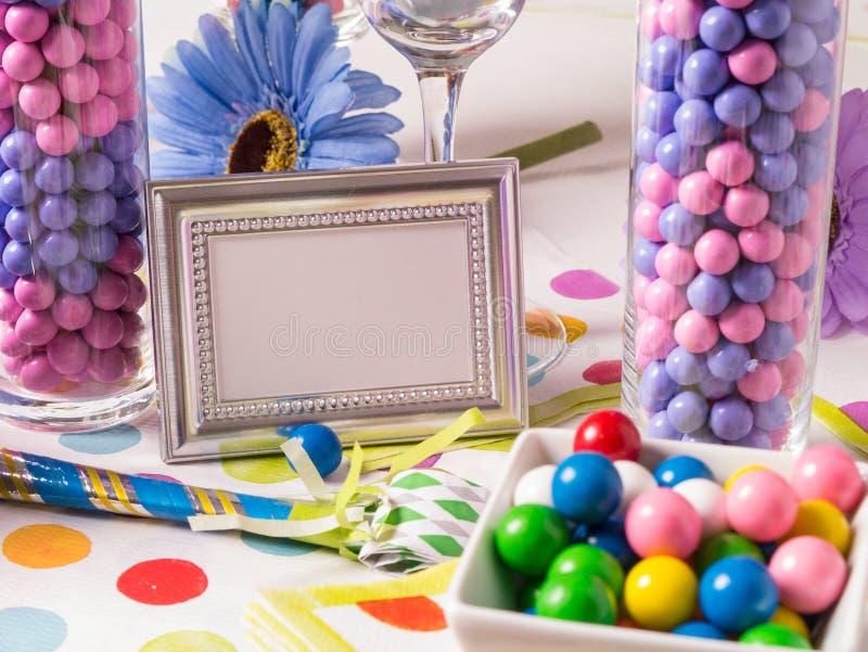 Tabella di buffet della caramella del partito immagini stock