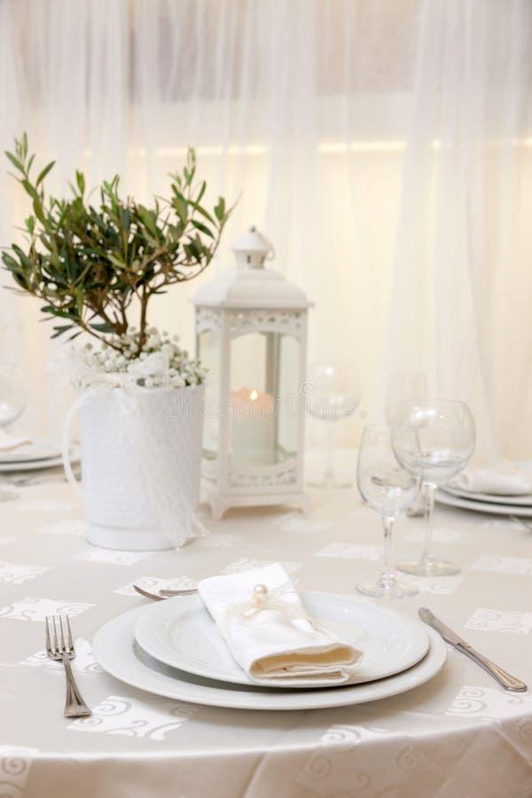Tabella di cerimonia nuziale con i fiori fotografia stock