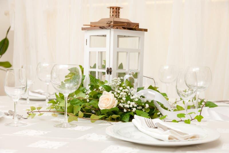 Tabella di cerimonia nuziale con i fiori immagine stock libera da diritti