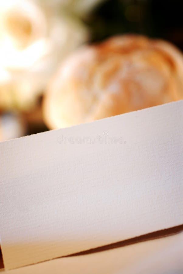 Tabella di cerimonia nuziale con la scheda in bianco immagini stock libere da diritti