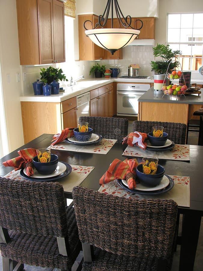 Tabella di cucina (fuoco sulla tabella) immagini stock