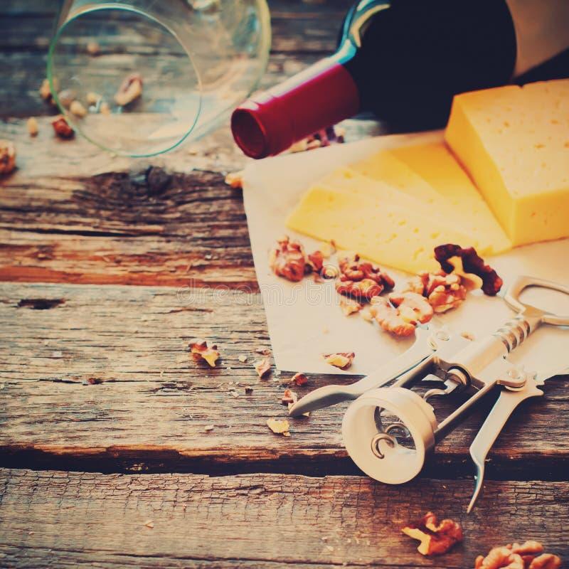 Tabella di legno apri del formaggio delle noci del vino rosso fotografia stock libera da diritti