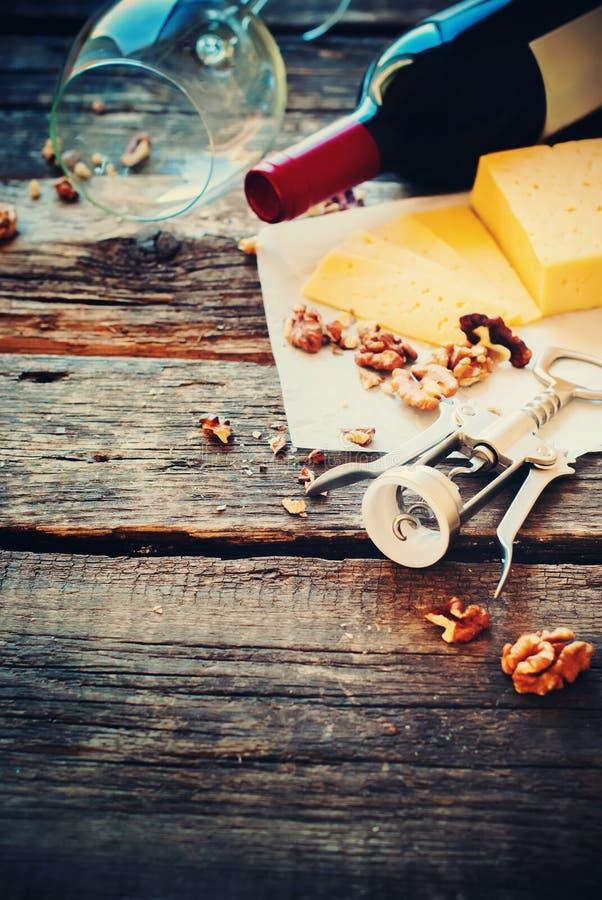Tabella di legno apri del formaggio delle noci del vino rosso fotografia stock