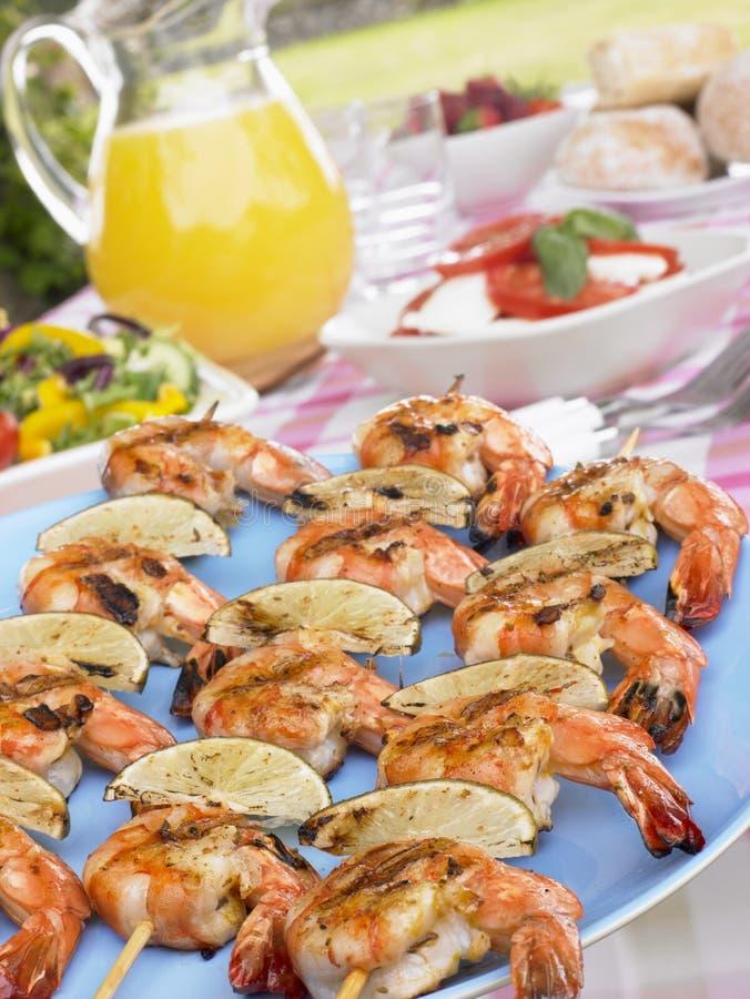 Tabella di picnic di Kebabs dei frutti di mare immagini stock libere da diritti