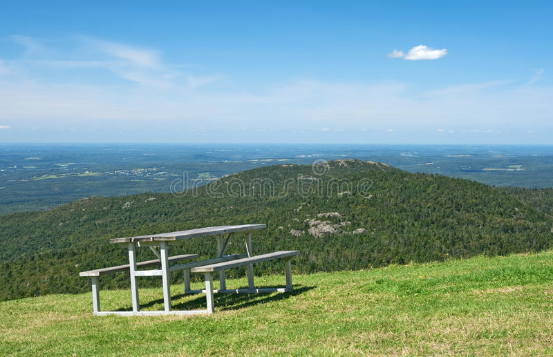 Tabella di picnic in montagne immagine stock