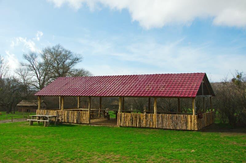 Tabella e banco in capanna di legno fotografie stock