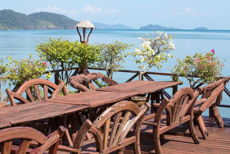 Tabella e presidenze con una bella vista del mare Isola Koh Chang, Tailandia fotografie stock