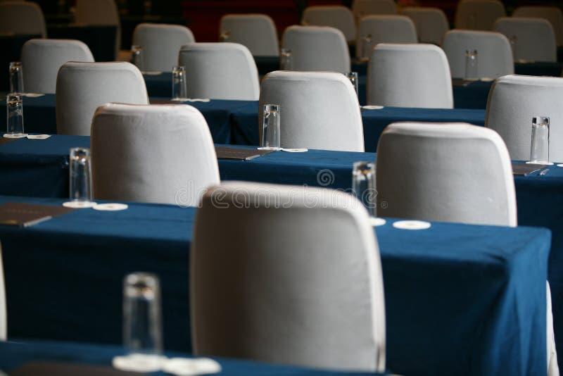 Tabella e presidenze della sala per conferenze fotografie stock libere da diritti
